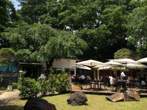 中庭とレストランテラス