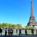France. Paris 7ème arrondissement. Touristes devant la Tour Eiffel * France. Paris 7th district. Tourists in front of the Eiffel Tower