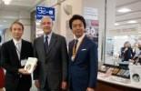 右:高島福岡市長、中央:アラン・ジュペ、左;久池井館長