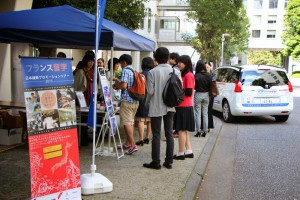 Les étudiants se pressent devant le stand, curieux de connaître les modalités d'études en France