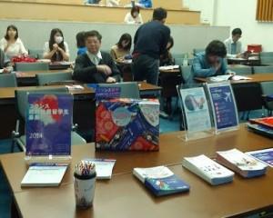 Les étudiants très attentifs lors de la conférence d'orientation